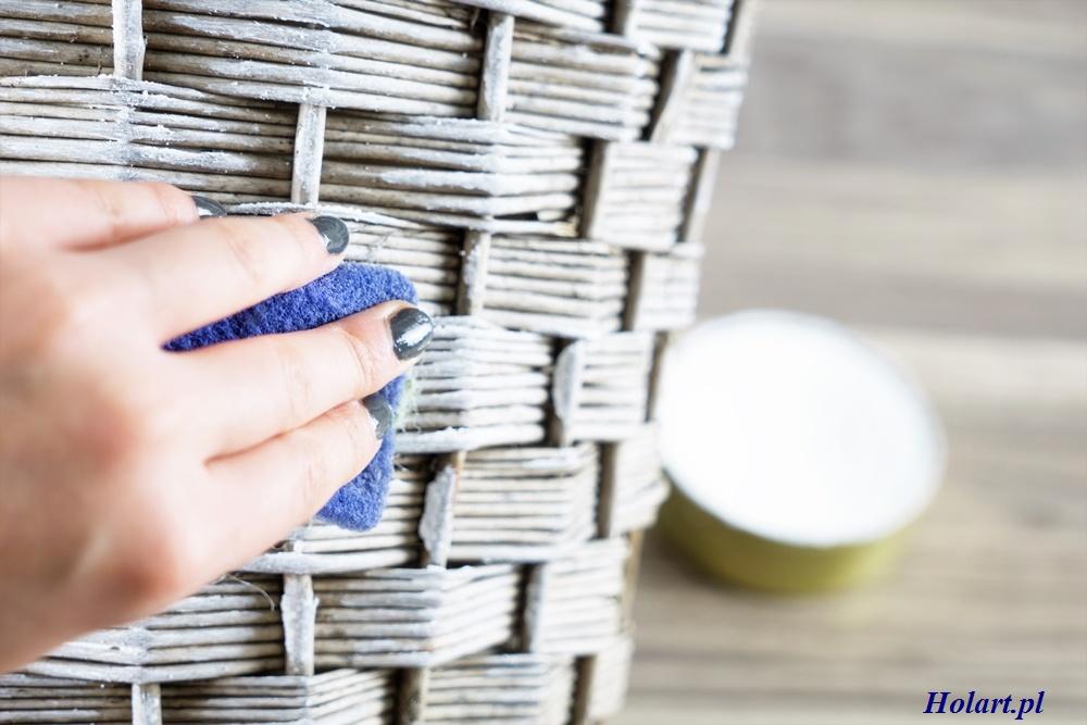 przecieranie kosza wiklinowego woskiem do mebli,diy