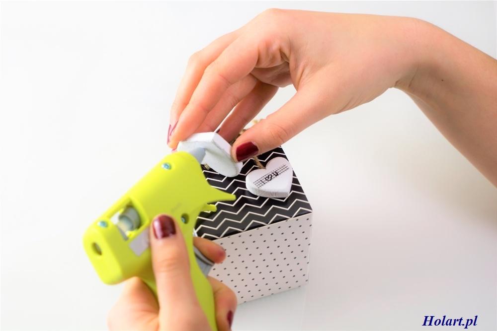 Mocowanie walentynkwych serduszek na pudełeczku, DIY